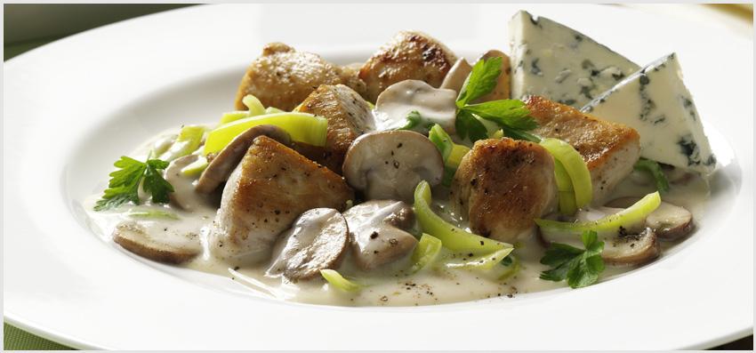 Bergader – Iscas de frango em molho de queijo com cogumelos e alho-porró