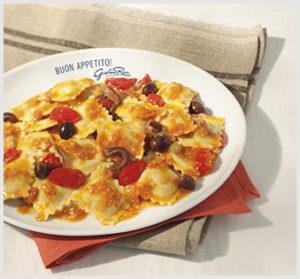 Ravioli ai spinaci con ricotta, pomodorini, olive ed acciughe